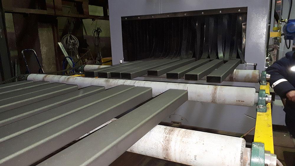 Дробеструйная обработка металлопроката на конвейере в Санкт-Петербурге